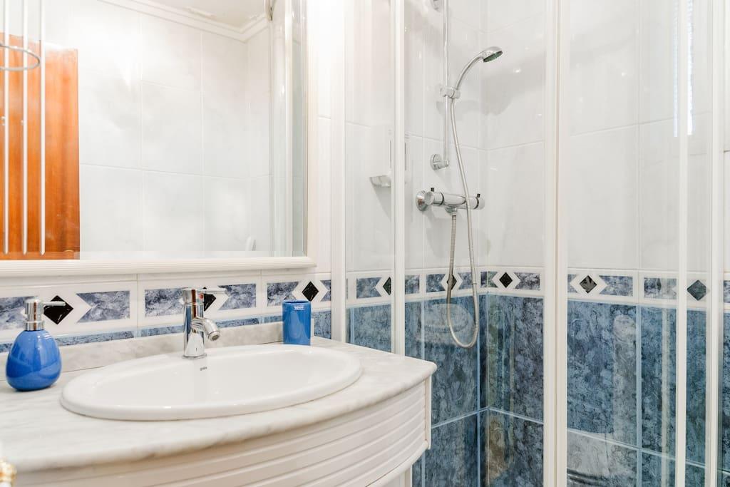 Baño con Plato de ducha y mampara