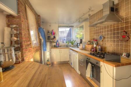 London Bridge bedroom in small flat - London - Apartment