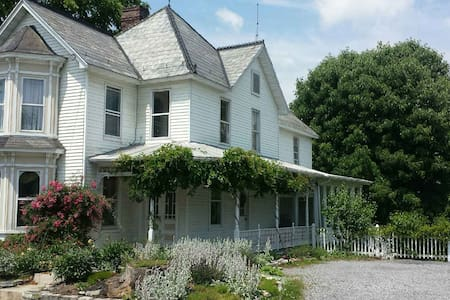 Big Victorian House-Right off I-81-River Access - Casa