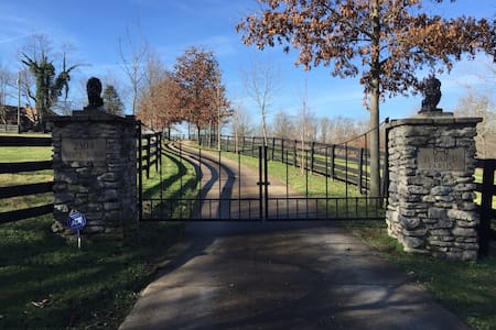 Amazing Horse Farm near Keeneland - Camper/RV