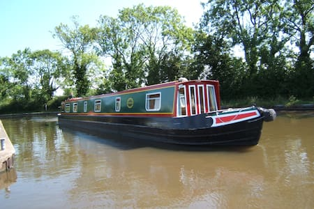 Stay on a Narrowboat - Barco