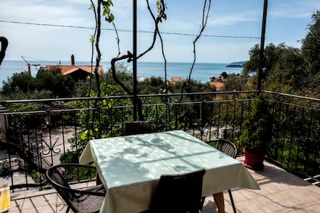 Quaint apt with sea view (for 2-3) - Sveti Stefan