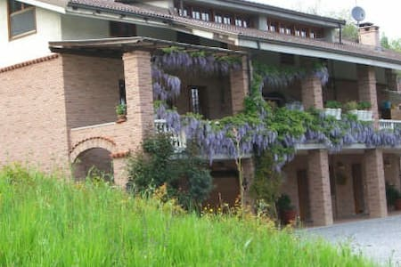 Relax in  cascinale tra i castagni - Bed & Breakfast