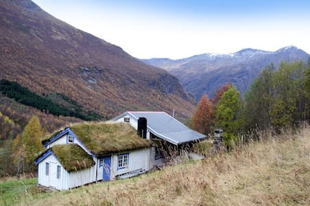 Rustic farmhouse by the mountains - Stordal - Treehouse
