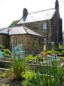 Private but central cottage Alnwick - House