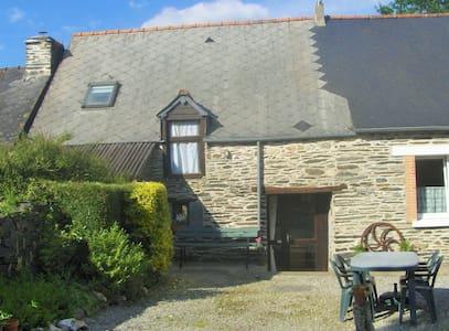 Beautiful stone cottage near lake - Caurel - House