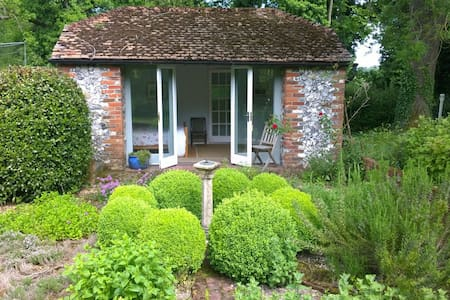 Idyllic Hideaway near Winchester - Bed & Breakfast