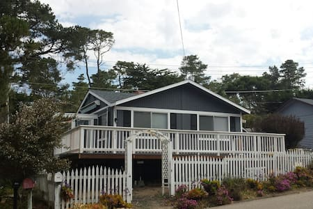 "Cozy and Modern Oceanview Cottage: ""14 Doors"" - Cambria - Casa"