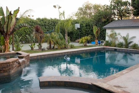 Available room in suburban paradise. I am renting a room in my home in Woodland Hills, CA. Comes with private bathroom, pool, jacuzzi, basketball court, bbq, TV, air hockey, fooze ball, large kitchen, laundry, air conditioning, dishwasher & parking.