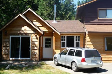 Cedar home on wine trail: Cowichan - Ház
