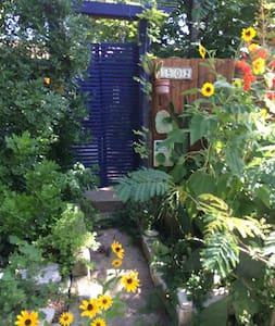 Unconventional Central Austin Wee Comfy Cottage #C - Austin - Cabin