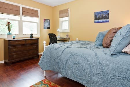 Handsome Guest Room - Walk to Train - Arlington Heights - Casa