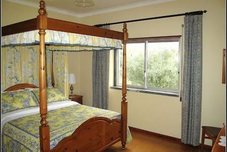 Four Poster Bed & En-suite Bathroom - Tomar - Bed & Breakfast