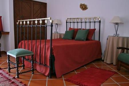 casa de campo alcaide Pêro Rodrigue - Bed & Breakfast