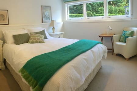4 Star B&B in elegant Epsom Villa - Bed & Breakfast