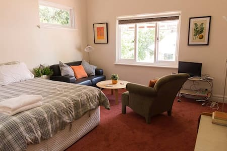 Large room with EVERYTHING!! Close to city centre. - Inglewood
