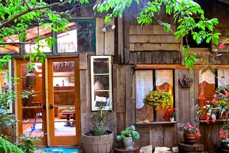 Calla Lilly Cottage in the Redwoods - Casa