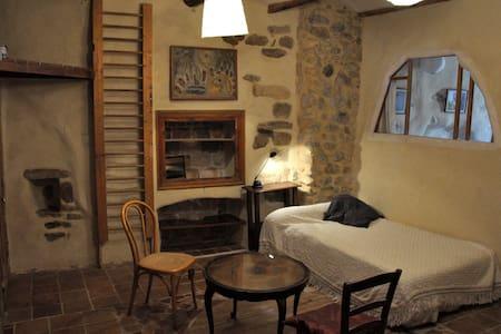 belle chambre dans maison d'artiste - Talo