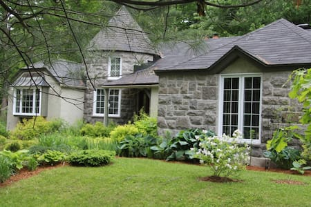 Bungalow avec un beau jardin / with a nice garden - Domek parterowy