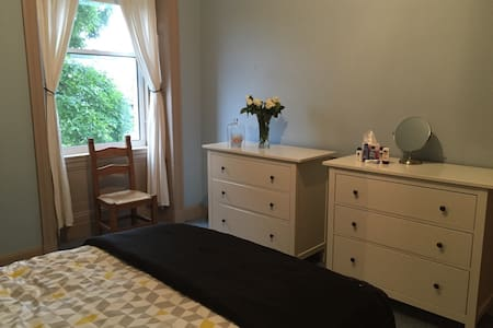 Large Double Room 10 min centre - 公寓