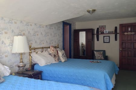 Cozy upstairs room - Bed & Breakfast