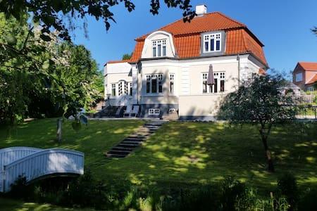 Patriciervilla med egen bæk - Randers - Casa