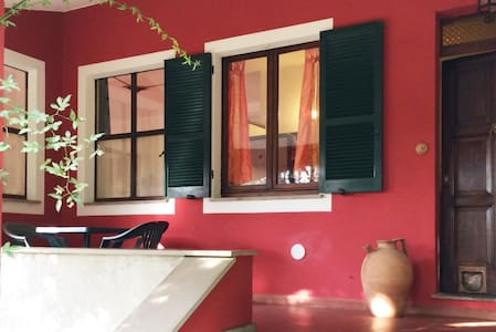 Rustic 75 sq.mt Apartment in Villa with 2 bedrooms, 1 bathroom, equipped kitchen, american bar, large living room with fireplace. Can host 4 adults and 2 children (0-16). Fully equipped. Private garden with swimming pool (Assisi, Perugia, Spoleto)