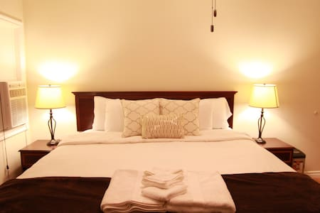 Hotel Inspired King Bed W Private Entrance & PKNG - Brea - Casa