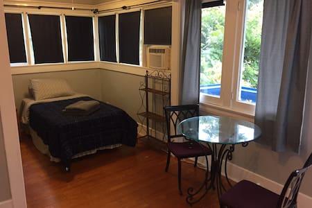 Balcony Room in Whittier - 獨棟
