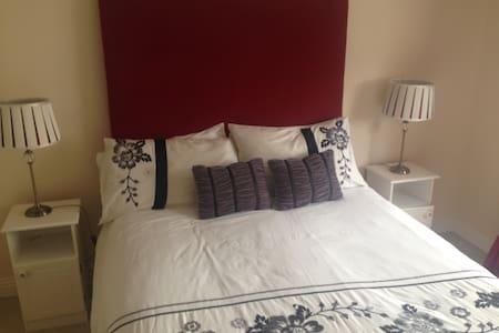 double room with wifi sleeps 2 - Ennis  - House