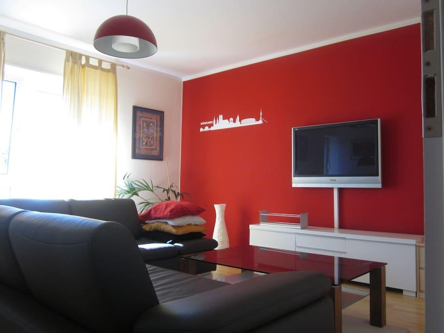 Helles Wohnzimmer mit großem 42-Zoll Flatscreen TV !