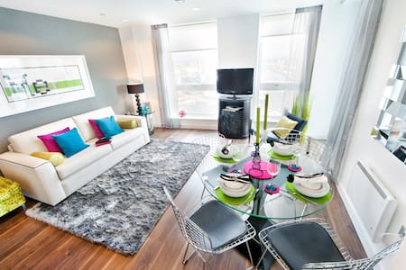 Enjoy a modern 1 bedroom apartment 10 minutes away from Manchester Piccadilly station!  Enjoy the fully equipped kitchen with integrated dishwasher/ washing machines, plates and utensils. Balcony area for sun lovers/ smokers.