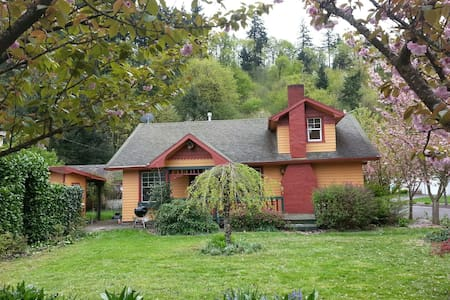 Room type: Entire home/apt Property type: House Accommodates: 12 Bedrooms: 2 Bathrooms: 1.5
