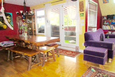 Spacious 4 Bdr, Kits Point Beach Home w hot tub - Stadswoning