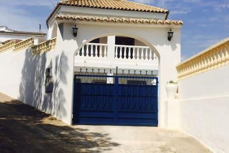CHARMANTE VILLA AVEC PISCINE PRIVEE - Haus