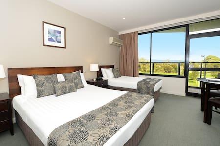 Private room in 4.5 star CBD Hotel - Adelaide - Bed & Breakfast