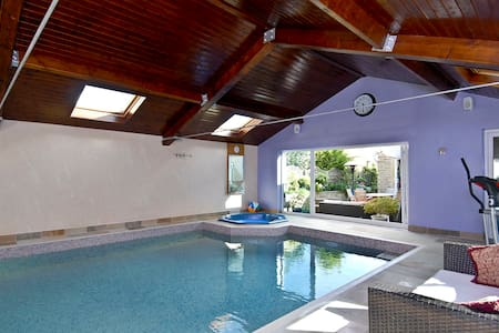 Hen Party Weekend House with indoor pool & hot-tub - Liversedge - Huis