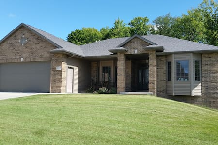 2  Bedroom lower level just off I-43. 25 min to GB - Casa