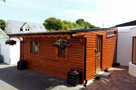 Log Cabin,heart of Dalkey,Co.Dublin - Dalkey - Sommerhus/hytte