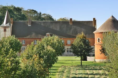 Normandy mansion w/pond & stables - Hrad