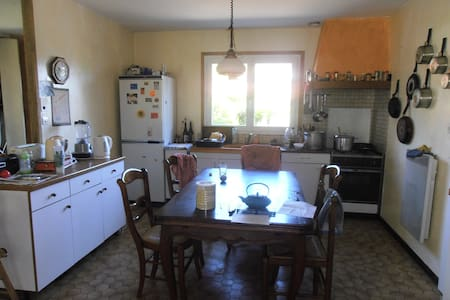 Chambres dans maison avec jardin - House