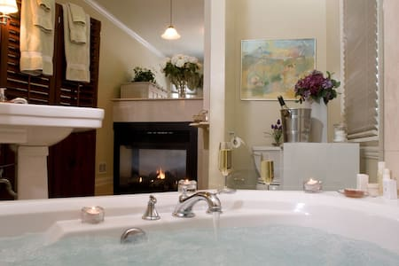 Luxury King Suite Jacuzzi Fireplace - Oak Park