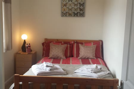 Double Room in Quiet Family Home, Nr Silverstone - House