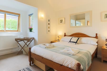A lovely double room for 2 and free parking. - Saint Ives
