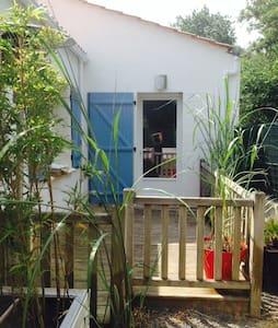 Studio, 20m², cuisine et terrasse. - House