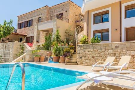 Christina's home, private pool and view - Şehir evi
