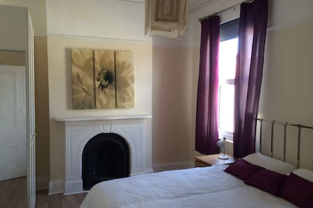 Double room [nº1] in large 4 bed house - Huis