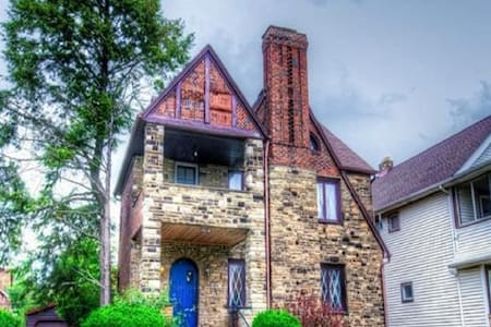 Trendy Stone Castle--12 min to CWRU/Cleve Clinic! - South Euclid - Wohnung