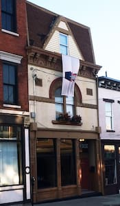 Sleep in PIQUE Art Gallery! - Covington - Bed & Breakfast