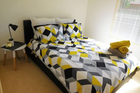 Private room in a great location near theme parks - Oxenford - House